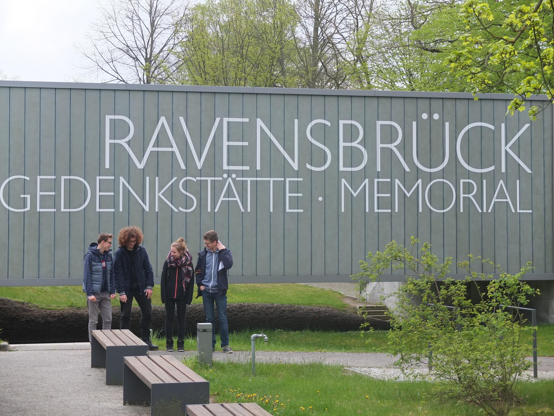Gimnazjaliści z Radziejowic w Miejscu Pamięci i Przestrogi Ravensbruck